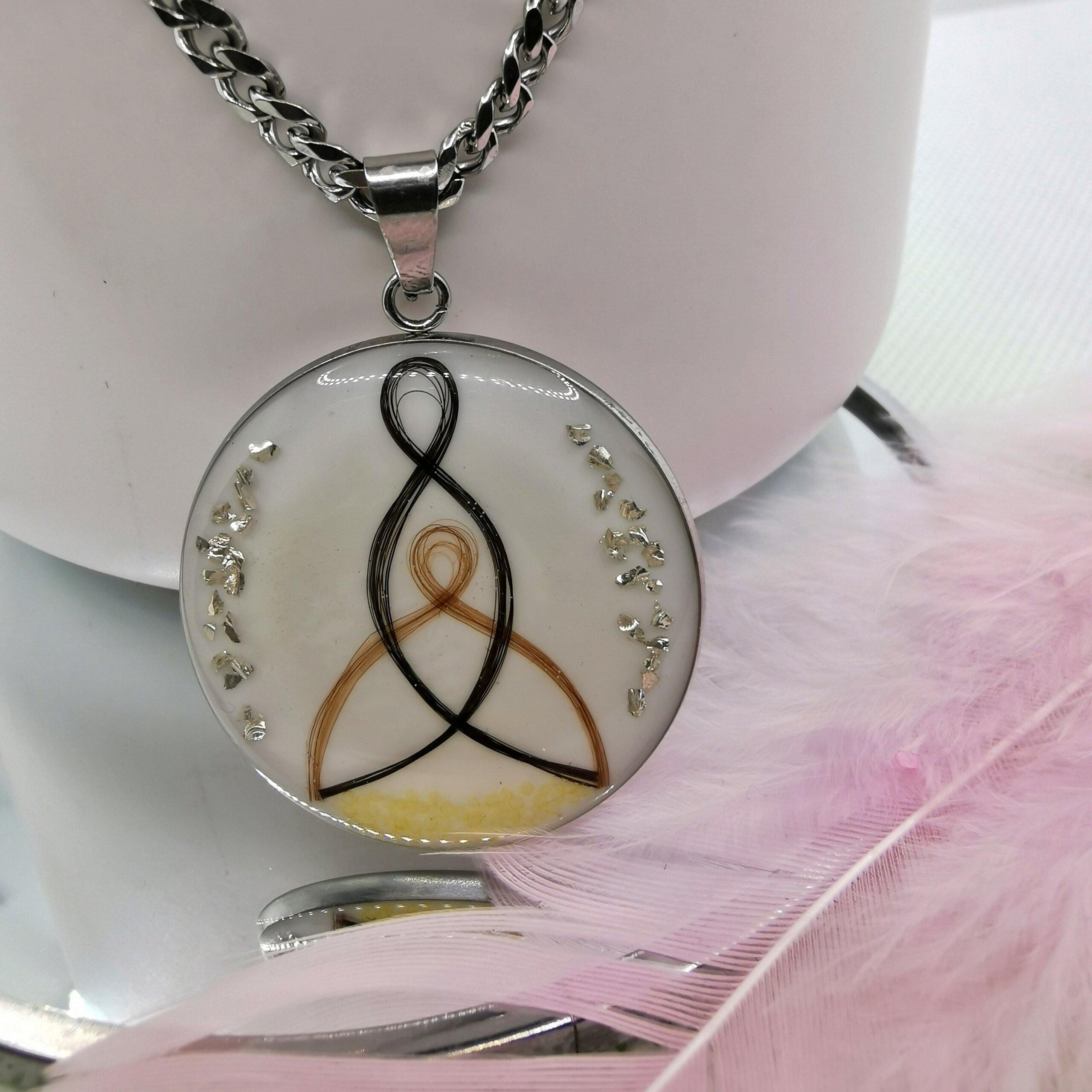 Medaillon mit keltischem Mutter-Kind-Symbol