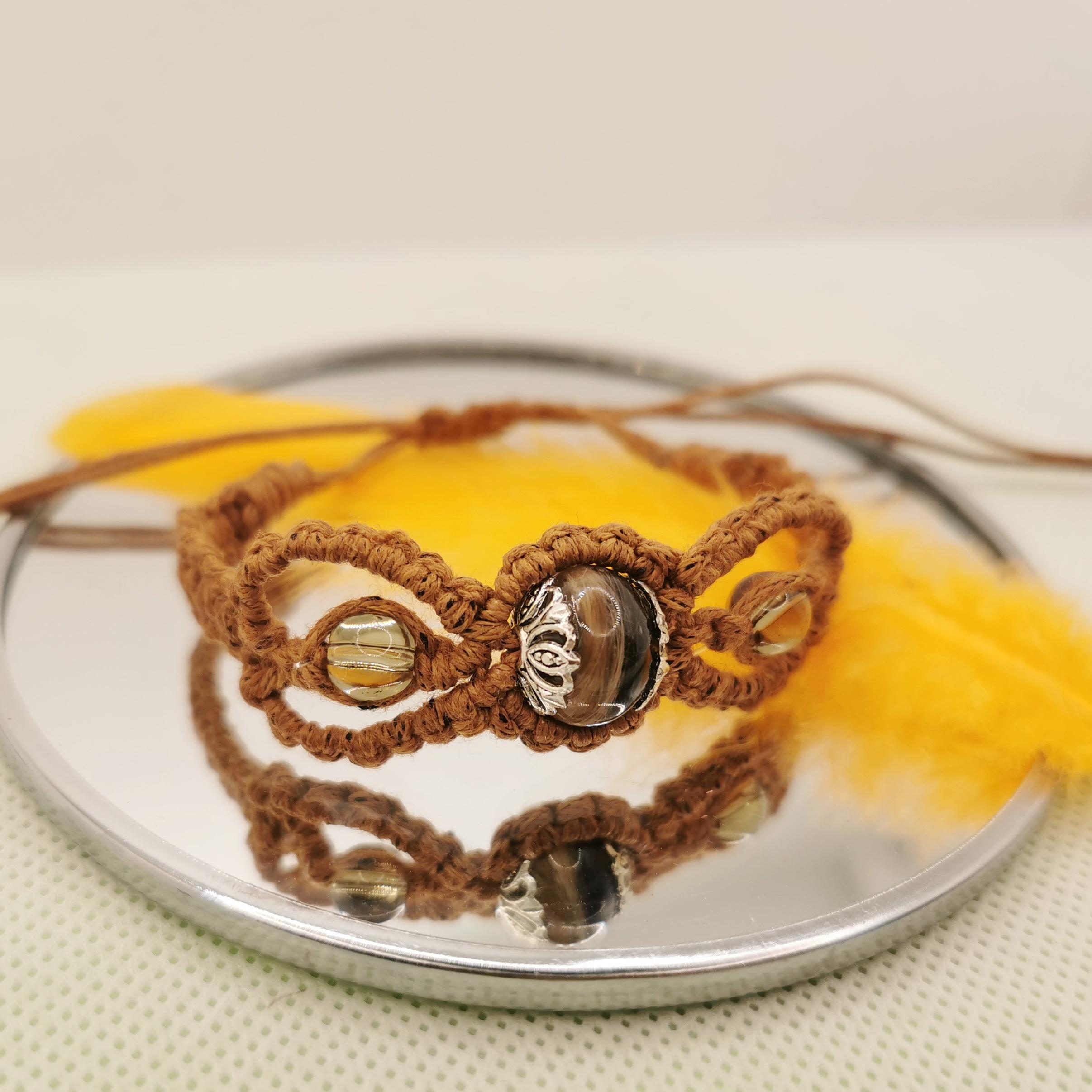 Makramee Armband mit einer Perle aus eingefasstem DNA-Material